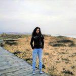 Autora del testimonio de frente con playa de fondo.