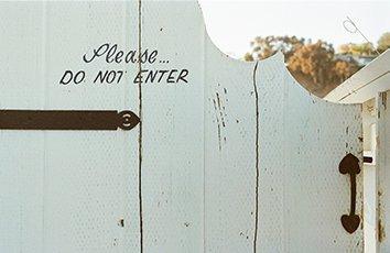 Puerta con cartel de no pasar