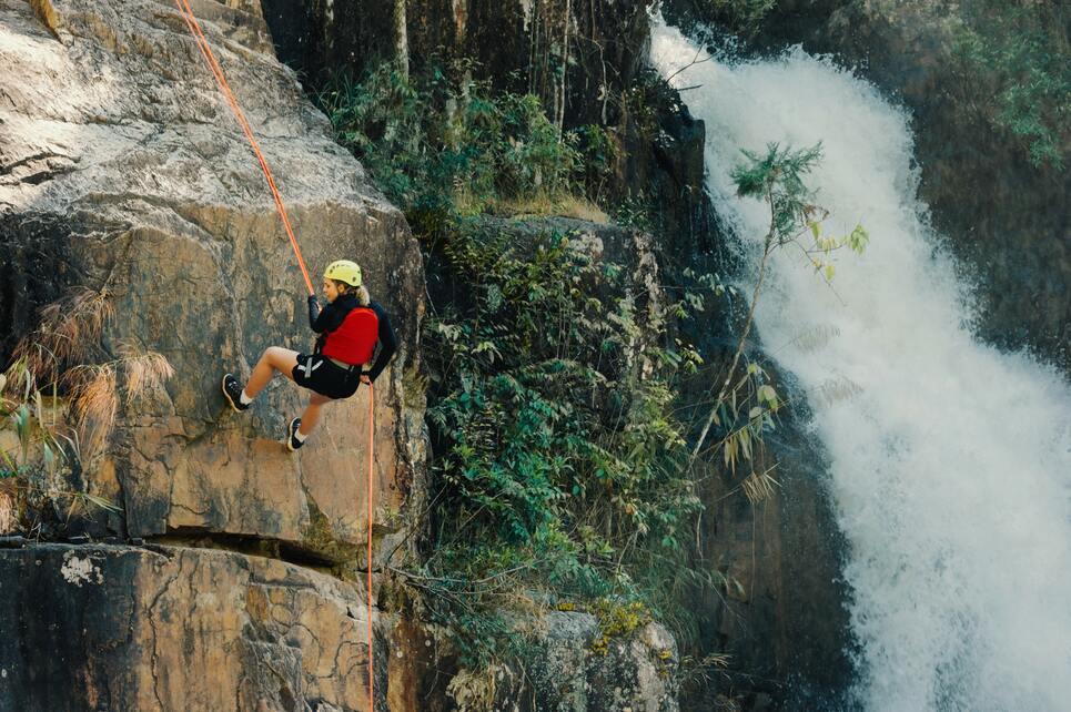 Una chica escalando una roca