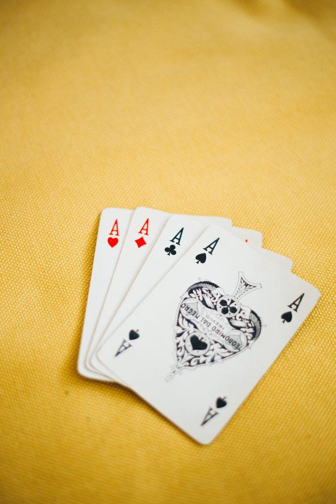 Poker de ases sobre tapete