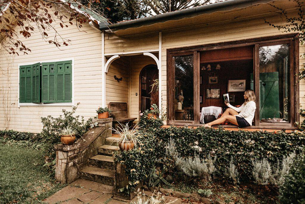 Mujer leyendo en el porche