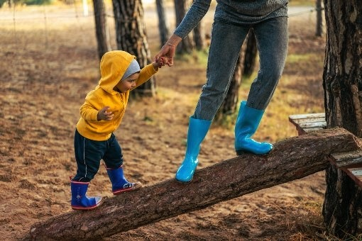 Niño aprende a subir una rampa