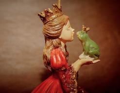 Princesa besando a rana de porcelana