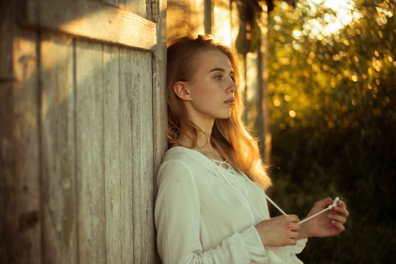 Mujer reflexionando en un jardín