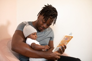 Padre leyendo a bebé