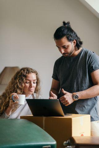 Dos personas arreglando un ordenador