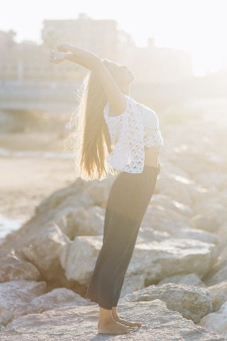 Mujer equilibrando su cuerpo