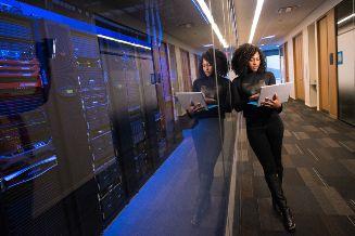 Mujer trabajando con inteligencia analítica