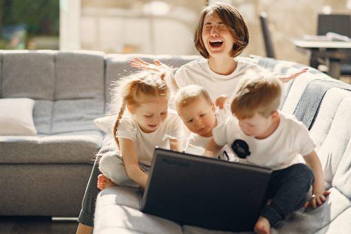 Mujer saturada entre niños y trabajo