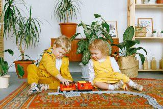 Dos niños pequeñitos jugando