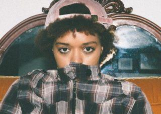 Chica de los años 80 frente a un espejo