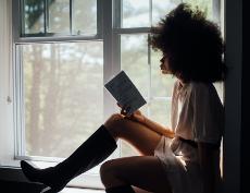 Mujer leyendo en la ventana