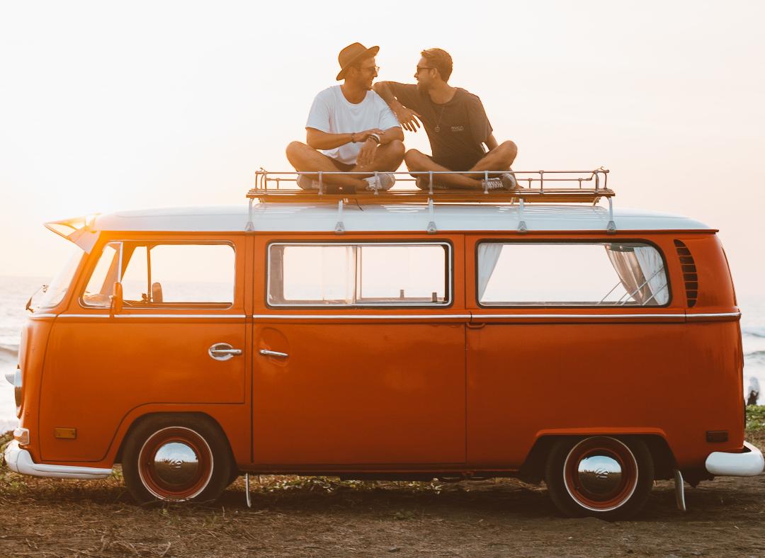 Dos hombres hablando sobre responsabilidad afectiva en una furgoneta)